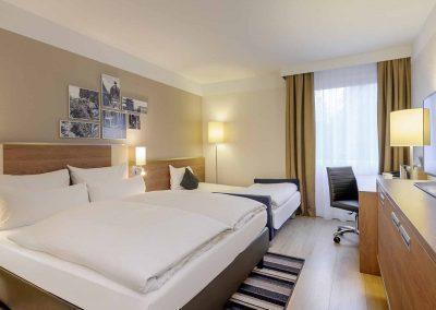 Mercure Hotel Aachen Europaplatz Standardzimmer mit Ausziehcouch geoeffnet (2)